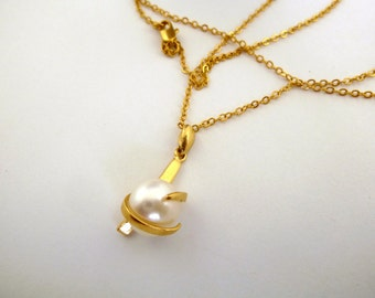 Pearl necklace, GOLD Fill 14K ,tiny elegant pendant ,pearl pendant,natural pearl