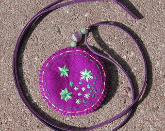 Embroidered felt pendant necklace 'Plum'