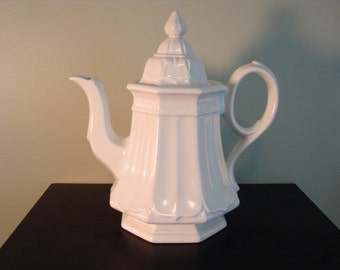Very nice vintage white ironstone teapot with lid-Red Cliff Ironstone