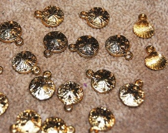 Vintage 16 Art Deco Gold Plated 9mm Sand Dollar Charm Pendants and 2 Shell N5L