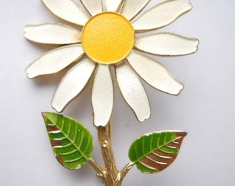 DAISY FIGURAL BROOCH, vintage 1960s, enamel and molded flowers, working clasp