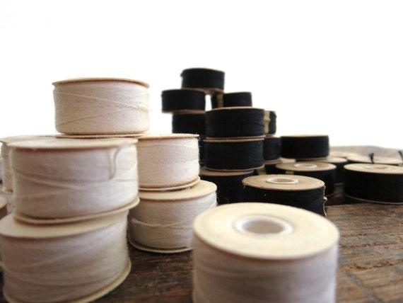 12 vintage bobbins, bobbins white thread. creamy white thread, sewing bobbins, old bobbins, thread bobbins, instant collection, lot thread.