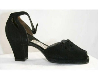 Chic 1940s Black Suede Cutwork Platform Heels - Size 5.5 AA - Shoes - Pumps - Excellent Condition - Scalloped Edge - Sophisticated - 39606-1