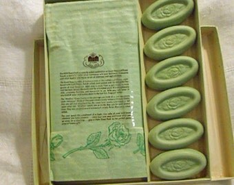 French Milled GUEST SOAPS Boxed Set 6 ROSE Scented Bars Chicopee Cloth Towels, Pastel Green Powder Room Pretty or Guy Bathroom, 1940s Unused