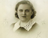 Signed 1930s Beautiful Woman Studio Portrait in Folder with Photo Corners M. H. Mueller Newark Ohio