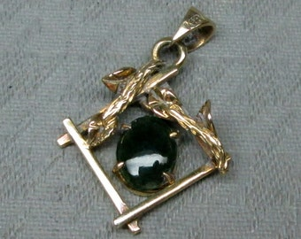 14k yellow gold pendant signed KEVIN jade or moss agate stone