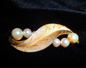 Marvella Vintage Brooch Gold Toned Leaf with Pearls