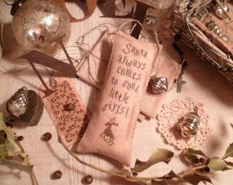 PRIMITIVE CHRISTMAS - E-Pattern- Pdf- Prim' Pillow- Laura Ingalls Santa always comes to good little girls - The Blue Attic-