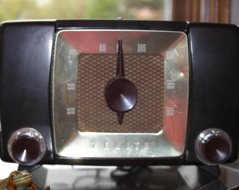 Antique Zenith AM Table Radio Model H615ZP