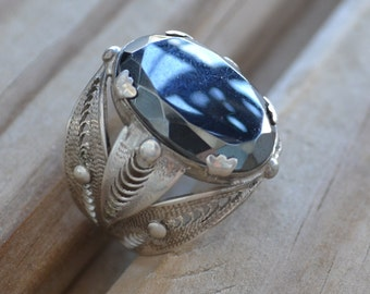 Gorgeous antique art deco sterling silver filigree leaf design ring with black hematite glass stone