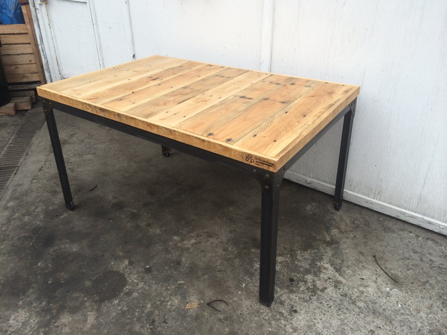 Pine pallet wood dining table with hand welded steel base with - Table salle a manger palette ...
