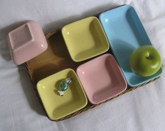 Original 50s tableware: 5 square side dishes (pastel yellow, -pink and -blue) in wicker tray. Approx. 31 x 21 cm. VINTAGE
