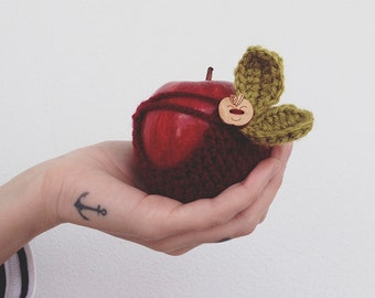 Crochet Apple Cozy - Bordeaux with Wooden Button and leaves