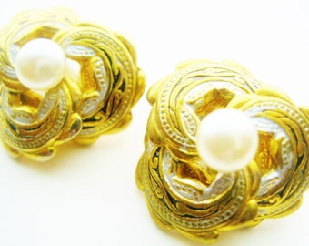 Vintage Damascene Style Petite  Pearl Clip Earrings - Gold Tone Swirl Disk Earrings - Damascene Jewelry - Vintage Costume Jewelry