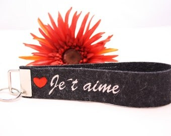 "Keychain ""Jet aime"" embroidered in dark gray heathered wool felt"