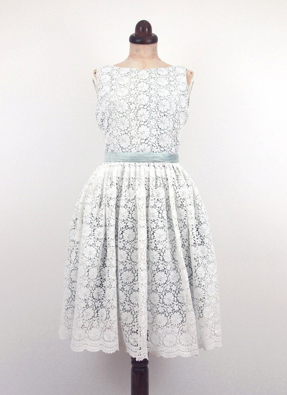 Ivory lace low back dress daisy pattern by alexandrakingdesign for Daisy lace wedding dress