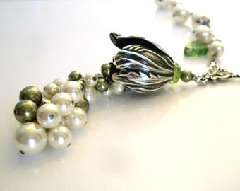 Pearl cluster bridal necklace - green ivory pearls, silver tulip pendant, pearl dangle chain. Vintage style Boho bridal pearl jewelry