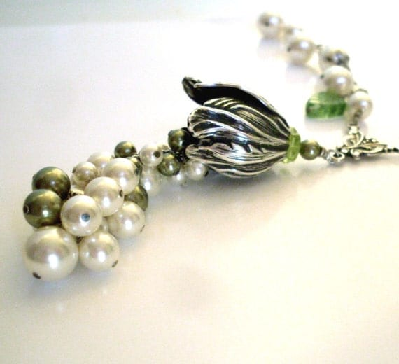 Pearl cluster bridal necklace, green ivory pearls, silver tulip pendant, pearl dangle chain, vintage style Boho bridal pearl jewelry