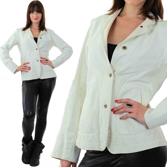 Белая джинсовая куртка укороченная