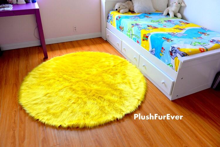 tapis fausse fourrure jaune citron ronde luxe par plushfurever. Black Bedroom Furniture Sets. Home Design Ideas