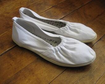 White CANVAS Shoes- Vintage Womens Flats- Slip On SHOES- Retro Womens Shoes- Womens Casual Shoe- White Flats- Size 10 Womens Footwear