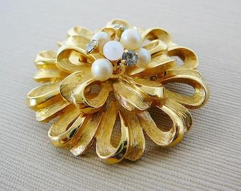 Vintage .. Pendant, Round Ribbon Clear Rhinestones Pearl Goldtone