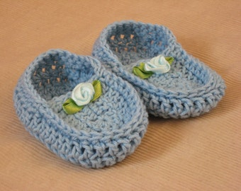 Light blue cotton knitted baby moccasins with little satin flower