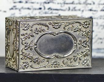 Metal jewelry box...     jewelry casket..      L T 17