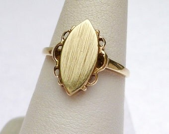 10 kt Etched Marquise Signet Ring with Scalloped Edge Yellow Gold