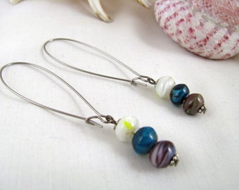 Dangle earrings in green and purple