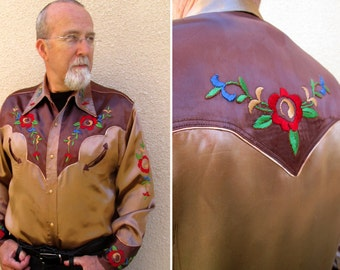 Vintage 1940s Men's Western Rockabilly Rodeo Shirt - Rayon Satin Cowboy Country Tan Brown Embroidered Fancy Dress Jacket Flowers Applique L
