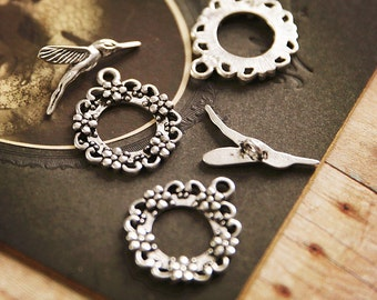 Antiqued SILVER hummingbird and flower wreath toggle clasp (8pcs, 4 sets) Rd27313 R31
