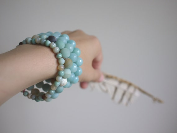 SUMMER SALE small agate stretch bracelet with delicate faceted aqua agate stones. stackable beaded bracelet.