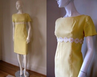 Vintage 1970s Sunshine Yellow Daisy Decorated Empire Waist Short Sleeve Dress Bust 36