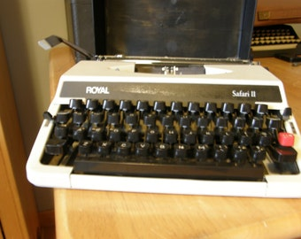 AWESOME VINTAGE Royal Safari II Typewriter///Excellent Condition///Hard Top Carrrying Case