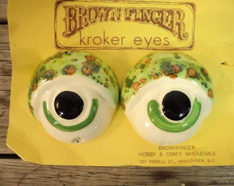 Frog eyes, Silly bug eyes, macrame, lizard, green, large crafting beads, 1970's, clay, pottery, fswp