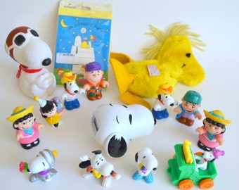 Vintage Charlie Brown Peanuts Snoopy Lot. Toy Figures, Lucy, Woodstock, Linus. Overnight Party invites & Decorations 1960s collectible