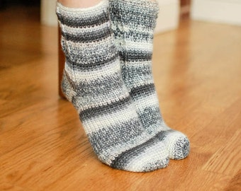 Crochet Pattern - Ladies Socks Pattern - Women's Sizes 6 (7, 8, 9) - Instant Download PDF