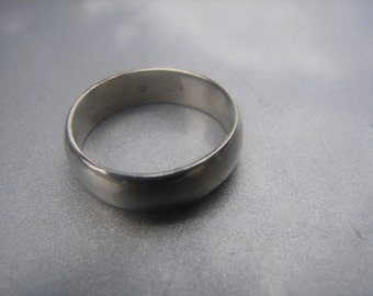 14kt white gold solid band ring sz 5.5 - 147