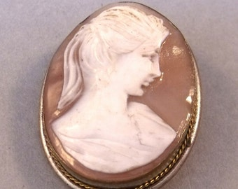 Vintage Oval Shell Cameo Brooch set in a Gold Gilt Frame Rope edged