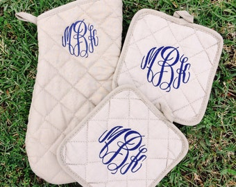 Oven Mitts and Potholers/Monogrammed Oven Mitt and Potholder Set/Shower or Wedding Gift