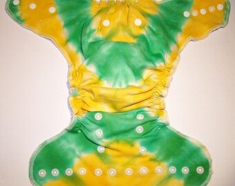 Bamboo cloth diaper hand dyed in OS size, tie dye diaper in green and yellow, split diaper