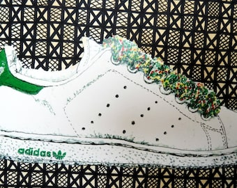 Impression de or.drawing par One Faye, dépeignant une sneaker Adidas Stan Smith blanche. Techniques mixtes. Fond rempli à la main. Modèle de bogolan.
