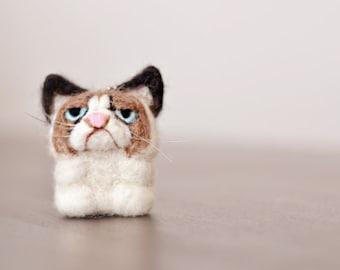 A grumpy cat - felt keychain