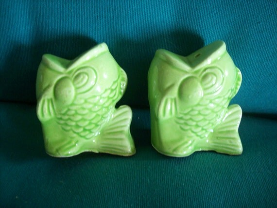 Bright green vintage fish salt and pepper shakers for Fish salt and pepper shakers