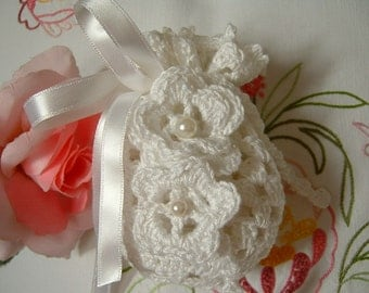Crochet wedding favor bag. White cotton wedding favor. Door confetti in white lace. Wedding gift. Romantic wedding