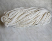 Thick and Thin slub wool yarn TTY white 1oz 15-16 yards 18µ handspun, for dyeing, knitting