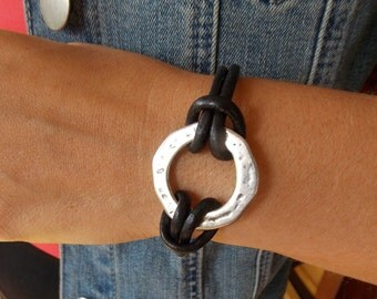 Infinity Circle Leather Bracelet - Silver Zamak -  Leather Bracelet - Circle - Uno de 50 Style