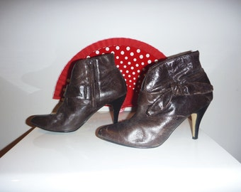 Vintage Brown Leather Ankle Boots with Decorative Bow, Size 6.5