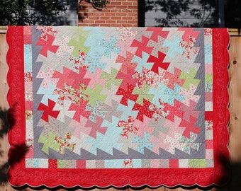 Oversized Queen Contemporary Pinwheel Quilt with Scalloped Edges